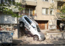 Джип полетя и падна в съседите (СНИМКИ)