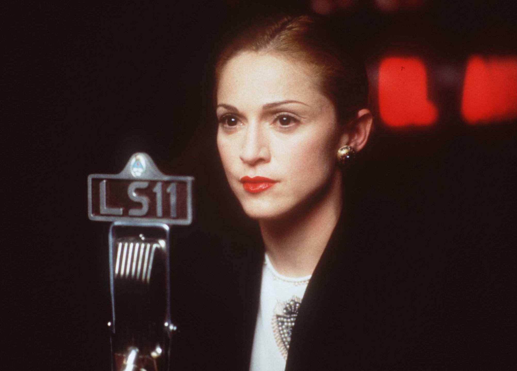 """Мадона възропта срещу биографичния филм за нея, който ще покаже живота й преди да стане известна, предаде Асошиейтед прес. Изданието """"Холивуд рипортър"""" съобщи, че компанията """"Юнивърсъл"""" е придобила правата за филма """"Blond Ambition"""", посветен на певицата. Продуцент на филма ще бъде Брет Ратнър. Сюжетът ще се съсредоточи върху трудностите, с които се сблъсква певицата, докато записва първия си албум в Ню Йорк."""