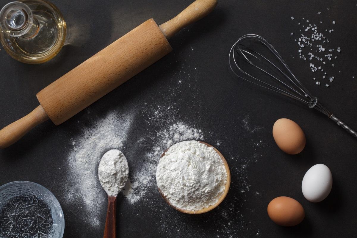 """Бяло брашно - То натоварва панкреаса и нарушава нивото на инсулина. Проблемът е, че при обработката на пшеницата се отстранява най-питателната част от нея. В силно преработеното бяло брашно (известно още като """"пшенично брашно"""") липсват двете най-полезни и богати на фибри части от семената: външния слой трици и зародиша."""