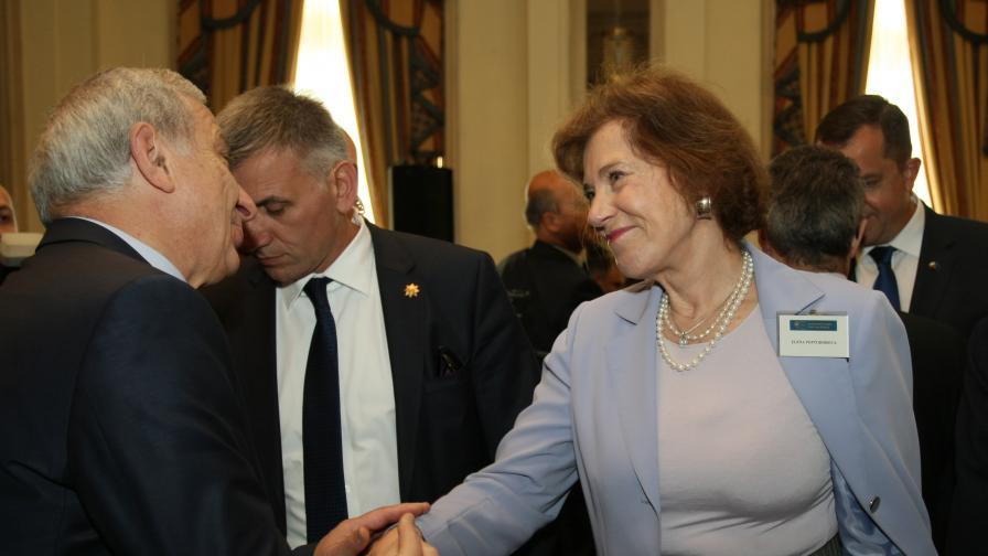 """Поптодорова се здрависва със служебният премиер Огнян Герджиков по време на конференция в софийския хотел """"Балкан"""""""