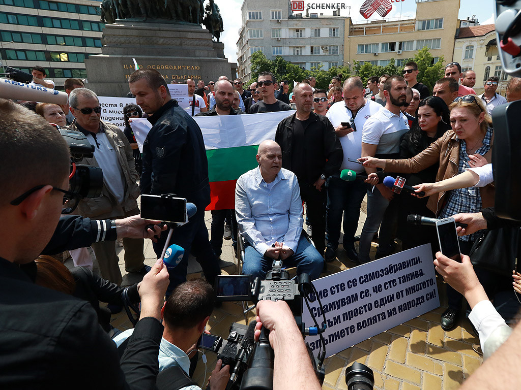 Image result for слави пред парламента