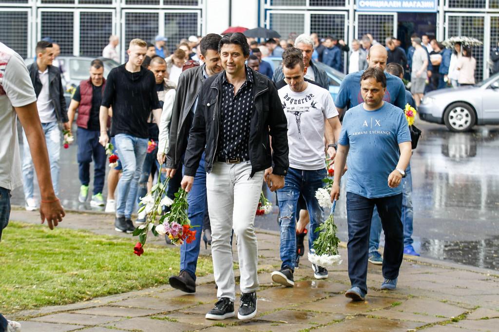 Левски поднесе цветя пред бюста на Гунди<strong> източник: LAP.bg, Пламен Кодрод</strong>