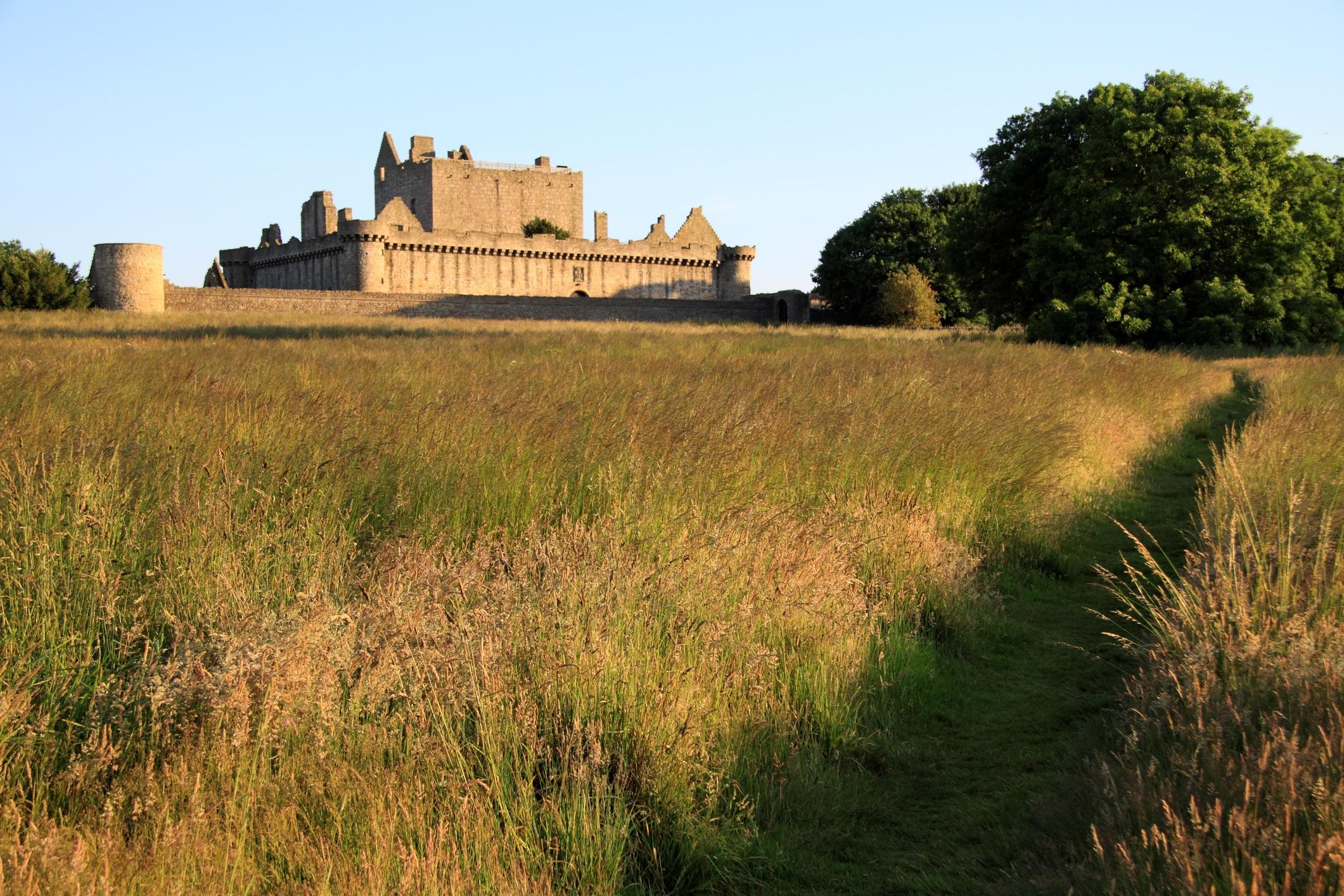 """Близнаци<br /> <br /> Половинката ви не обича рутината, така че вашето предложение трябва да е необичайно и на место, изпълнено с красота и история. Единбург, Шотландия е средновековна страна на чудесата. Заведете дамата на сърцето си до замъка Крейгмилър, известен като """"другия замък"""" в Единбург, построен през XIV в. и ѝ предложете да остареете заедно."""