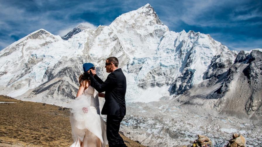 След 3 седмици поход, те се ожениха на Еверест
