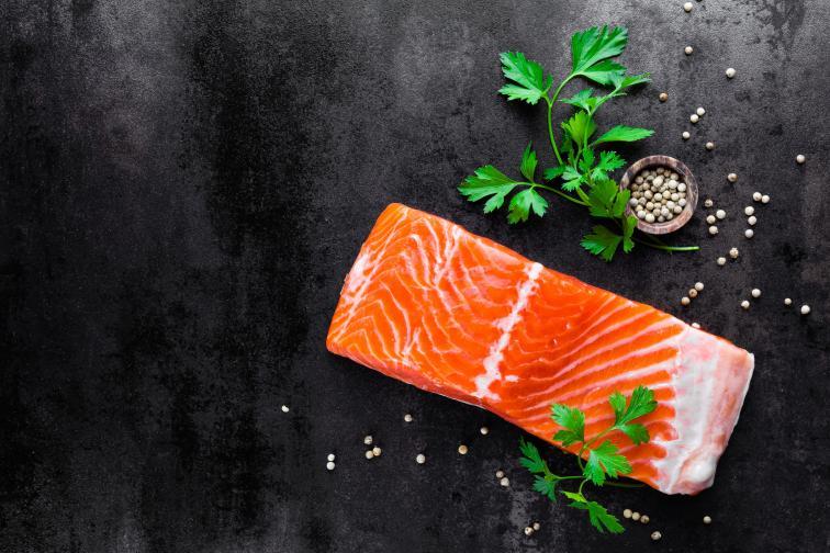 Сьомга: една риба, богата на мазнини. Тя е полезна за диетата и ако я консумирате 2 пъти седмично, ще се подсигурите с добро здраве занапред. Хората, които спортуват активно, също е добре да я приемат често, тъй като е наситена и с висока доза протеини.