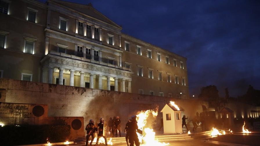 Протестите пред сградата на гръцкия парламент заради новите икономии