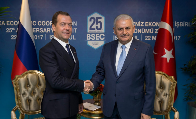 Руският премиер Дмитрий Медведев с турския му колега Бинали Йълдъръм на срещата на ЧИС в Истанбул
