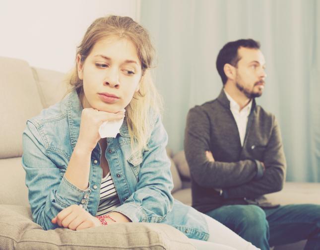 Не уреждат спорни въпроси преди лягане Не малко са хората, които спорят преди лягане, уреждат финансови въпроси, но и не само. Това е много грешна практика. Освен, че сте изморени, вие се напрягате още повече от вложената енергия в сериозните разговори. Оставете всичко за следващия ден. Освен това може да се окаже, че един въпрос или ситуация, изглеждат по съвсем друг начин след няколко часа.