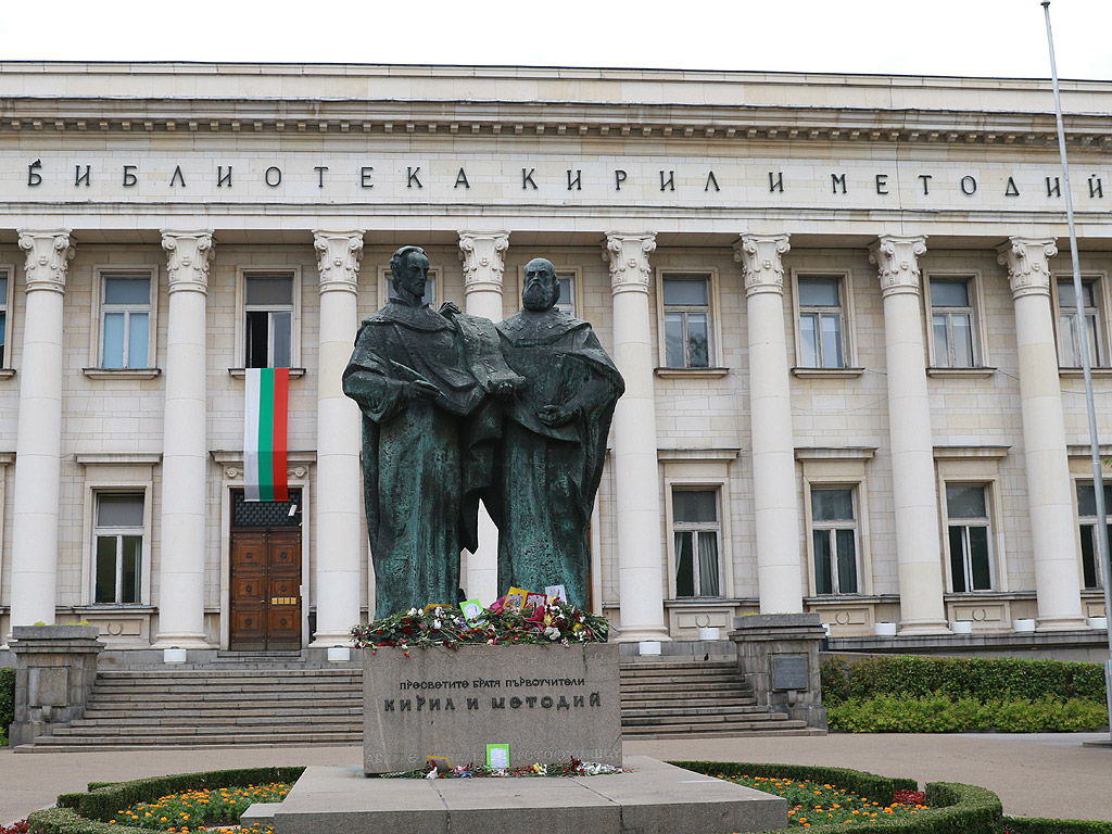 Кирилицата се използва не само в славянските езици. Примери за това са например алеут, казашки, киргизки, татарски и други.