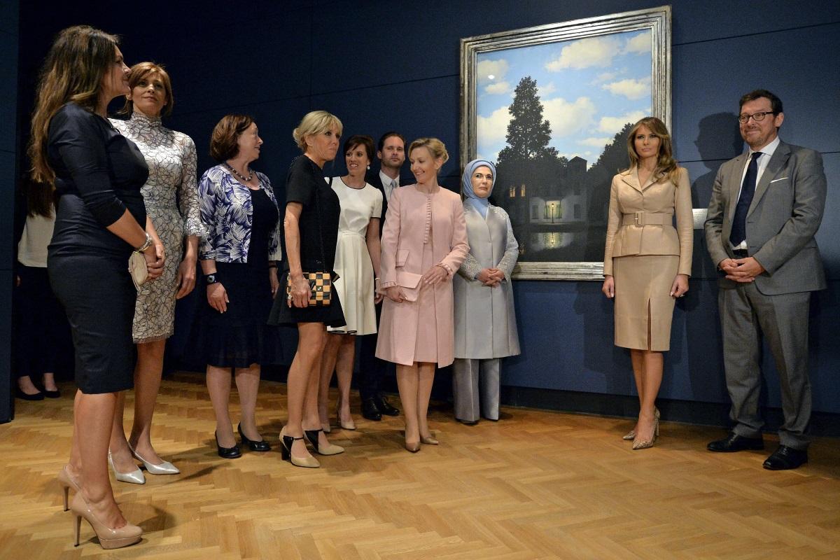 Съпруги на държавни и правителствени ръководители, участващи на срещата на НАТО в Брюксел, посетиха музея на художника Рене Магрит в белгийската столица. Сред тях бяха Десислава Радева, Мелания Тръмп и съпругата на новия френски президент - Брижит Макрон