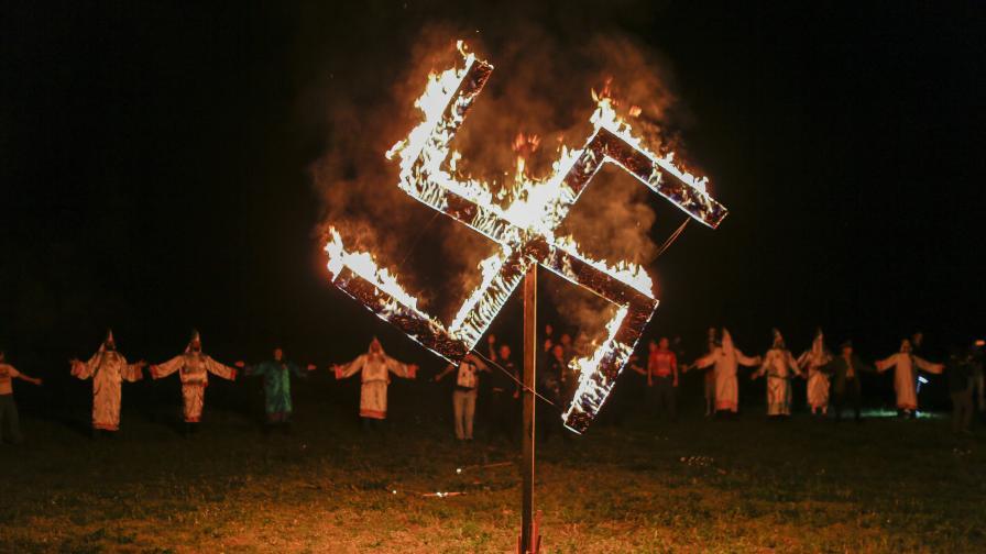 Горящ пречупен кръст по време на ритуал на Ку Клукс Клан и американски нацисти през 2016г.