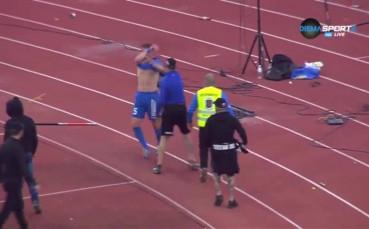 Скандално: Фенове на Левски удариха Минев и съблякоха играчите