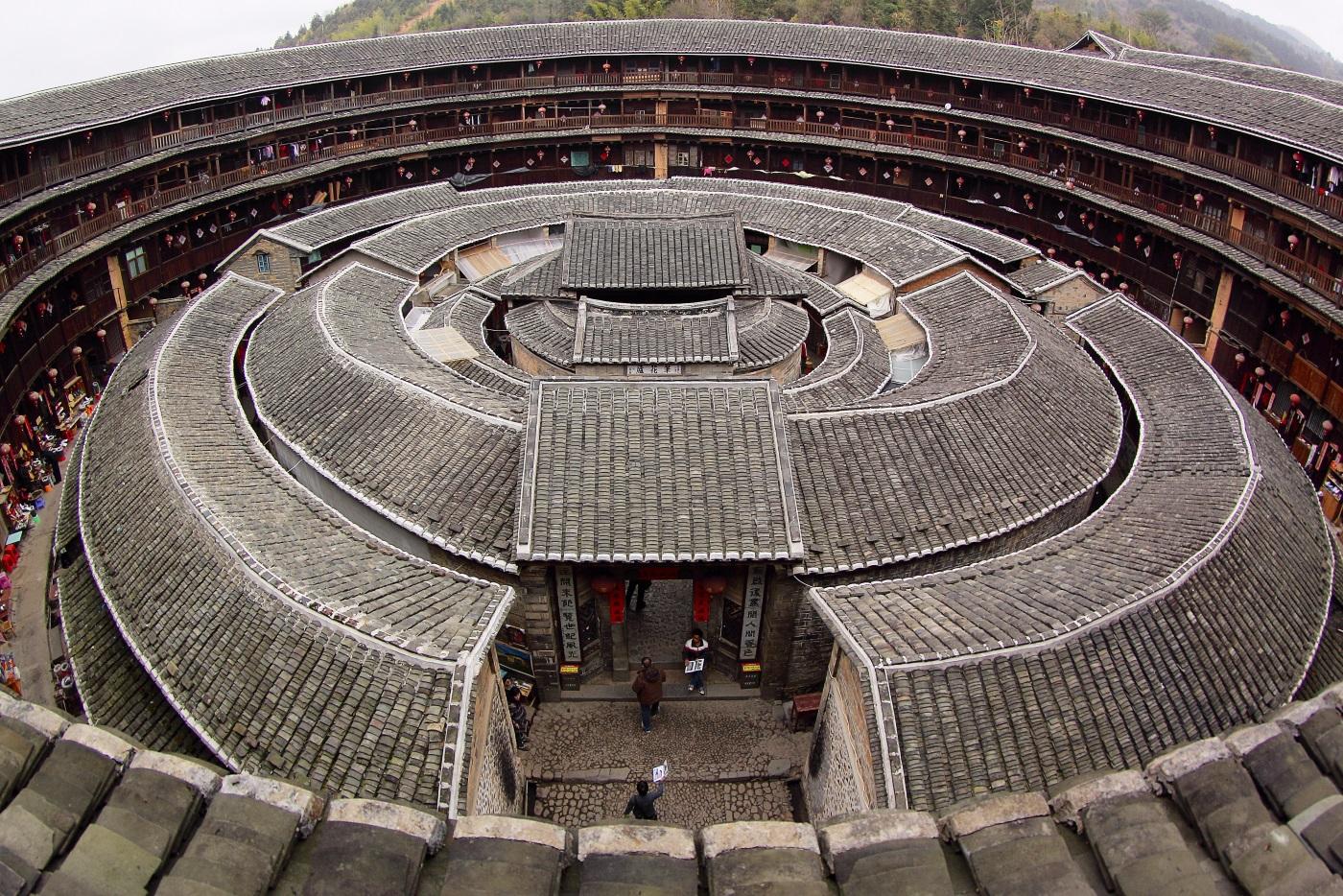 Къщите Фиджян Тулоу – в югоизточната част на Китай се намират повече от 40 къщи Тулоу, които представляват кръгли жилищни комплекси, разположени сред оризови, чаени и тютюневи полета.