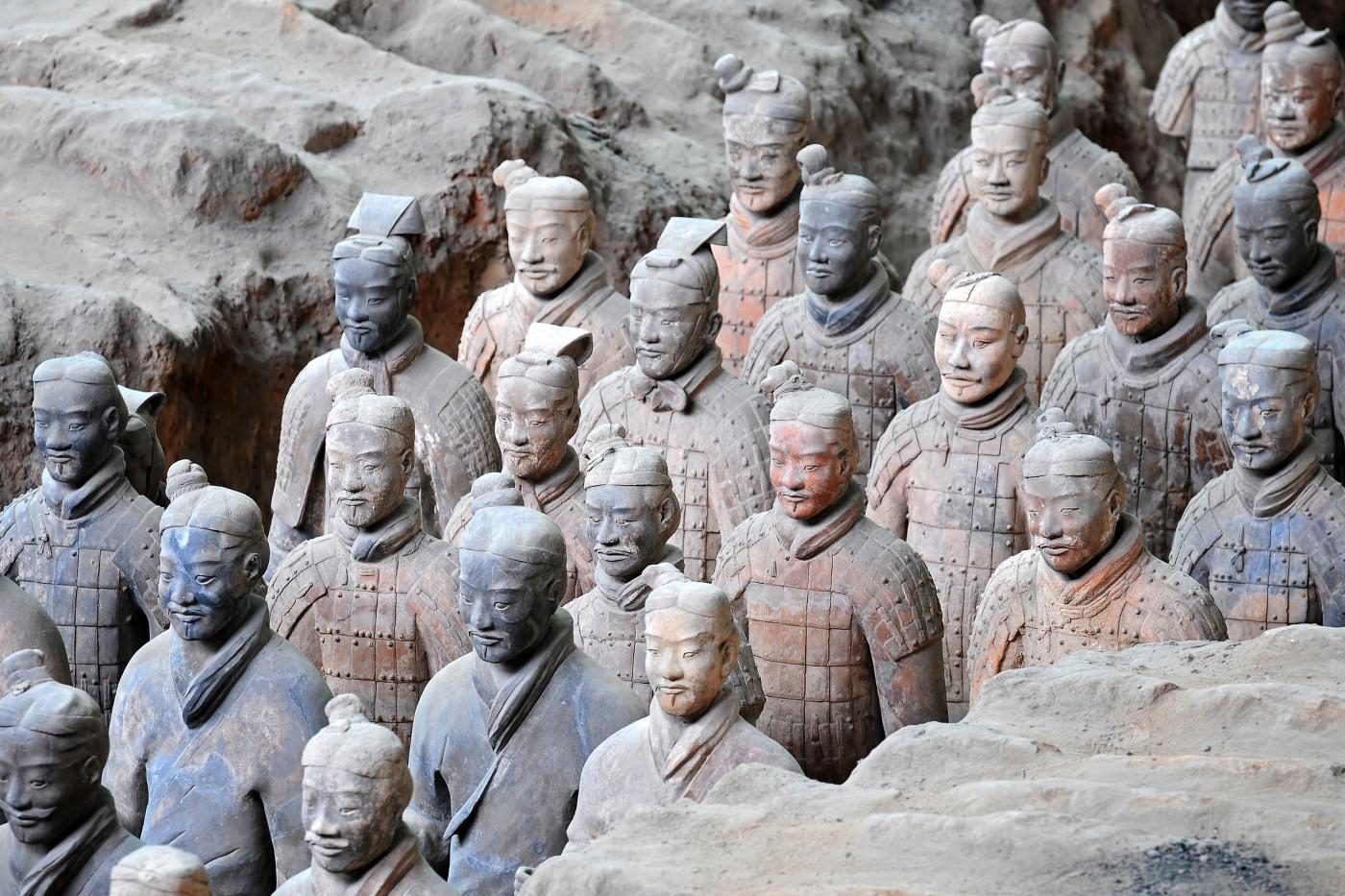Теракотената армия – През 1974 г. китайски селянин, който копаел кладенец до град Сиан, намерил глинени парчета. Археолозите открили на това място известната теракотена армия от 8000 пехотинци, стрелци и конници, изваяни в естествен ръст. Те били наредени в 11 подземни 210-метрови коридори на дълбочина 5 метра. Армията бди над вечния сън на първия император на Китай Цин Ши-Хуанди. Изработката ѝ е отнела 38 години.