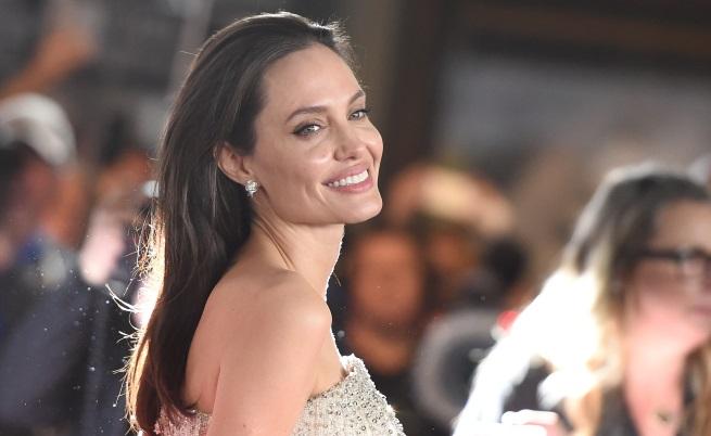 """Анджелина Джоли е оставила на заден план правенето на филми, за да стане по-добра майка. Тя посещава готварски курсове и върши обикновени неща, като да почисти след кучето.В интервю за сп. """"Венити феър"""" актрисата и режисьор разказва, че животът й след раздялата с Брад Пит е съсредоточен върху здравето и децата й.Джоли споделя, че по искане на децата е започнала да посещава готварски курсове.Пред списанието тя разказва, чее вдигнала кръвно и е развила парализа на лицевия нерв след раздялата. Актрисата споделя, че се е възстановила благодарение на акупунктура."""