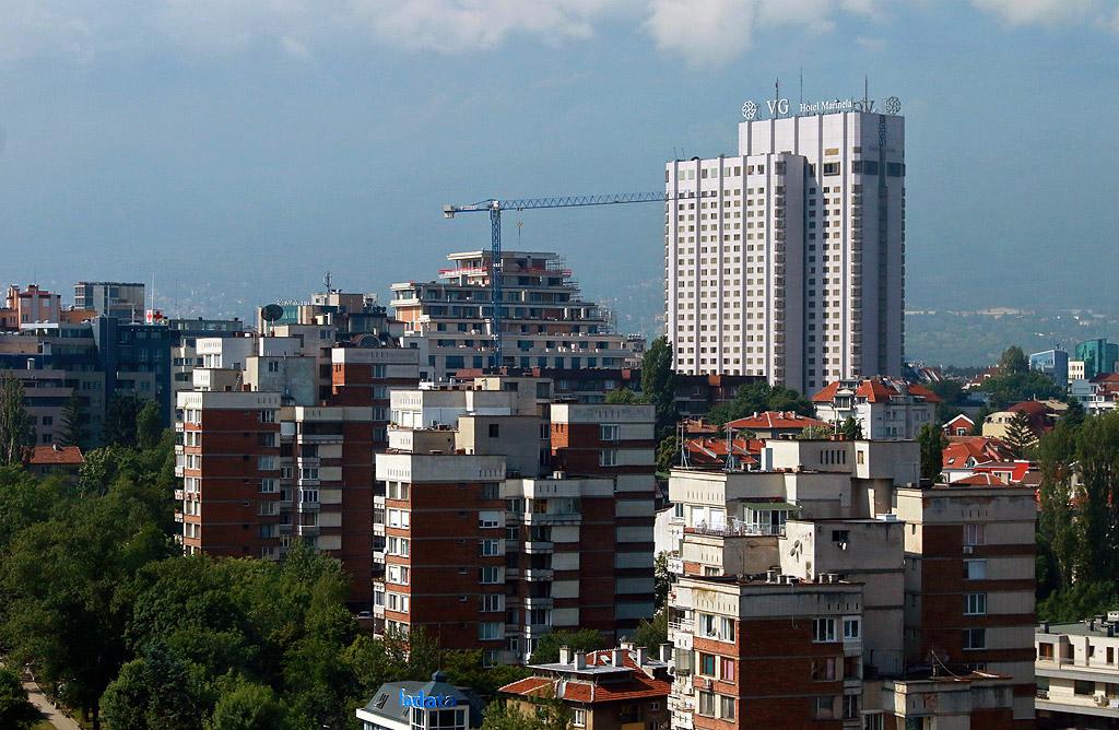 """Хотел """"Маринела"""", известен сред столичани като Японския, е висок почти 100 метра и е сред най-високите в """"Лозенец""""."""