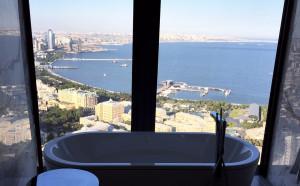 Никол показа красотите на Баку, на метри от Люис