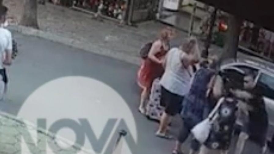 Шофьор с юмрук в главата на туристка в Несебър