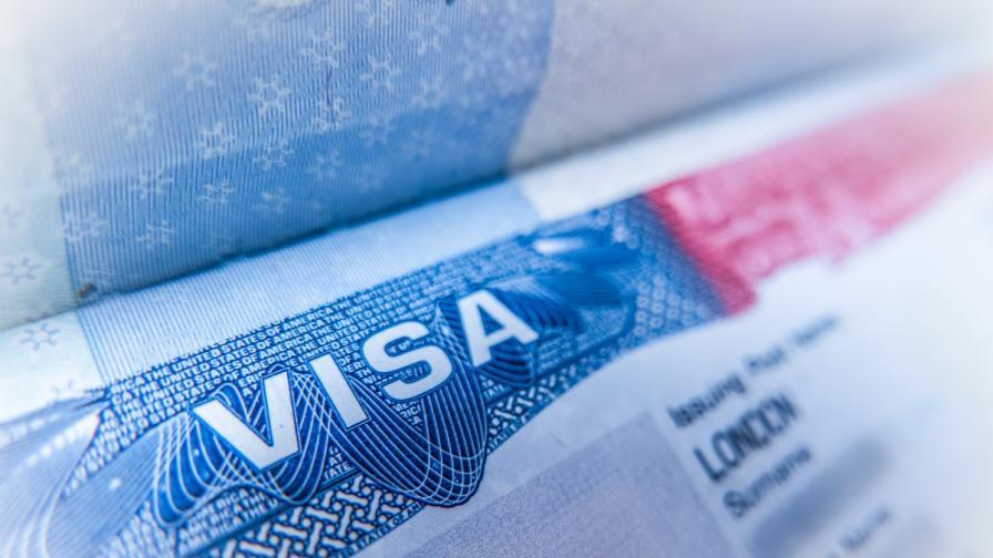 <p>САЩ спряха издаването на визи във всички страни по света</p>
