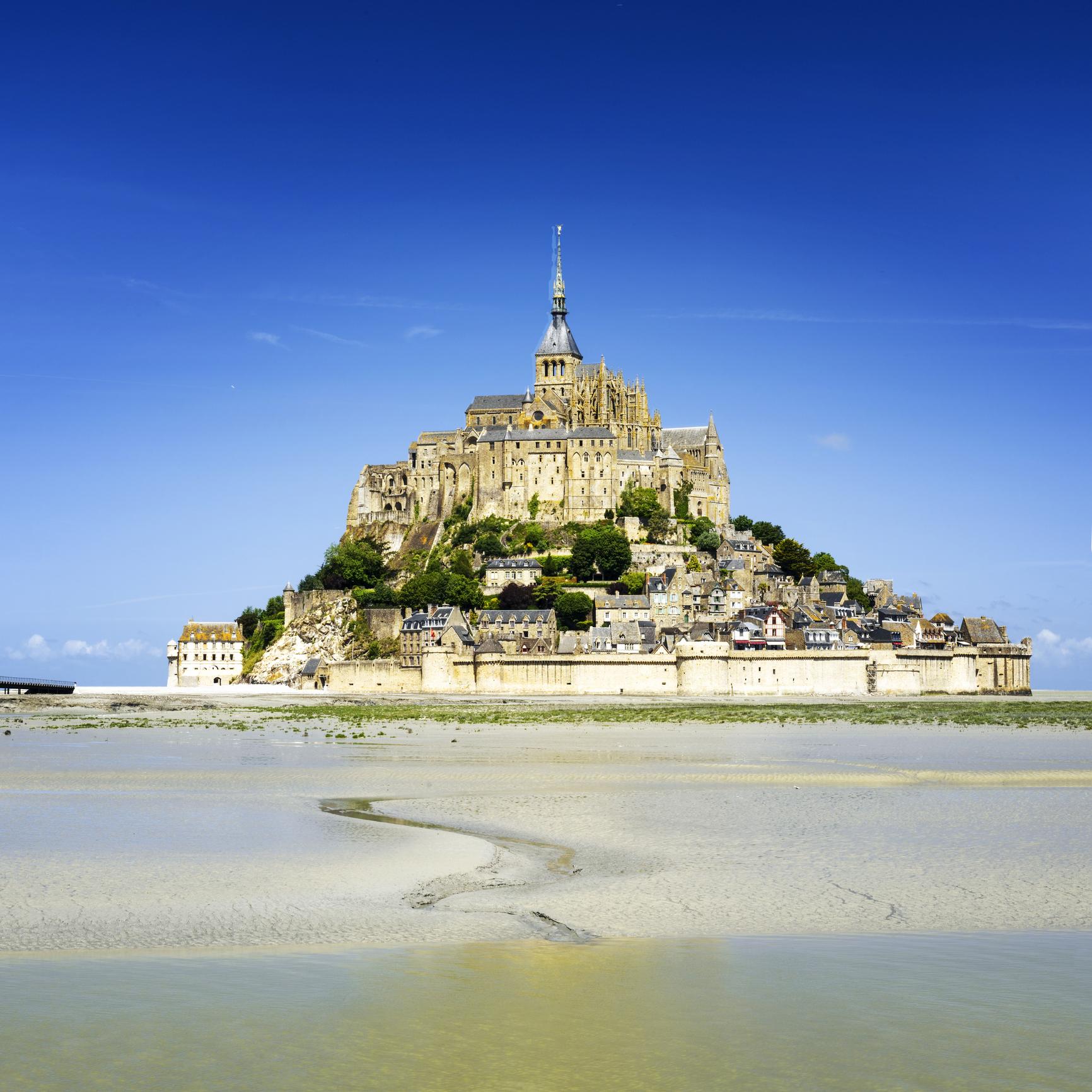 <p>Мон Сен Мишел е скалист приливен остров и община в департамент Манш, регион Долна Нормандия, Франция. Абатството на острова е посветено на Архангел Михаил.</p>