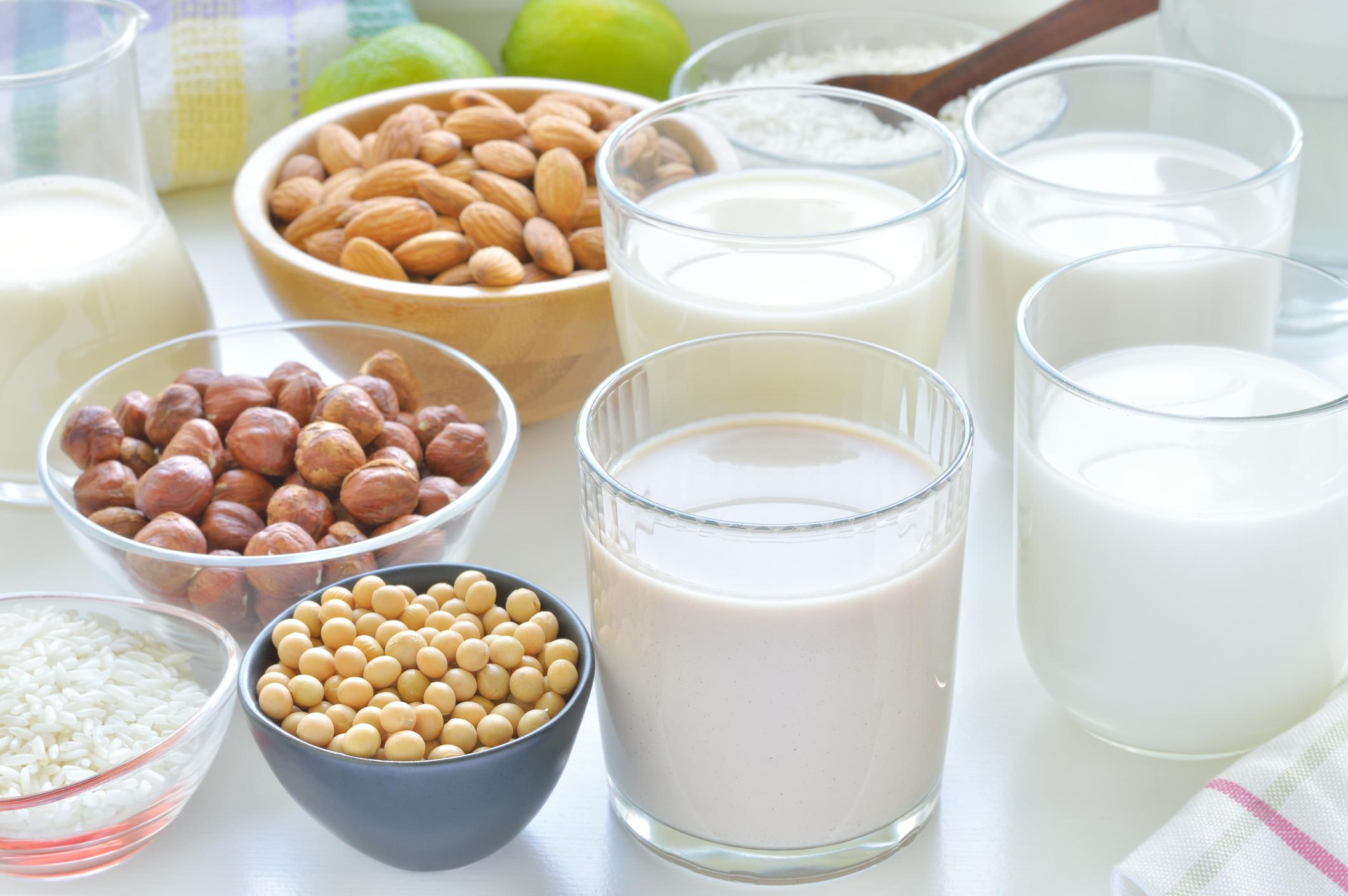 Горещо мляко преди лягане действа успокояващо и помага за добър сън. Така че чаша мляко е най-добре да се пие преди лягане.