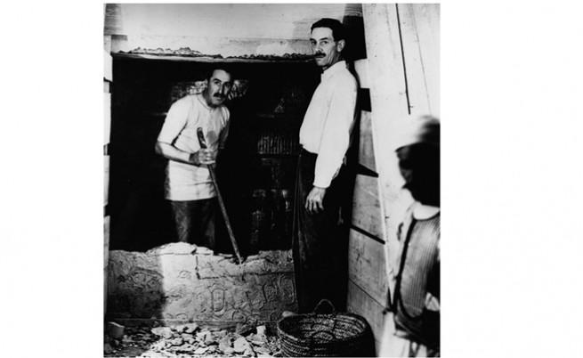 Отваряне на вътрешната стена на гробницата на Тутанкамон