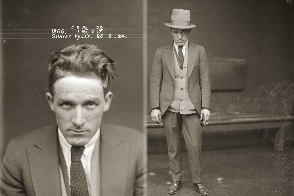 Детайлите около тази снимка са неясни, но Сидни Кели е арестуван много пъти през 20-те, 30-те и 40-те за различни престъпления като престрелки, побой и нелегална хазартна дейност.