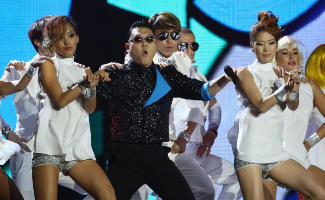 """Клипът на песента """"Гангнам стайл"""" на корейския изпълнител Сай огромен хит преди две години пак влезе в историята, гледан е толкова много пъти, че броячът на """"Ютюб"""" не може да ги отчете."""