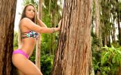 Секси фотосесия по бикини за една от дамските звезди на кеча