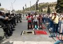 "Мюсюлмани се молят пред погледа на израелски войници преди детекторите за метал, поставени пред джамията ""Ал Акса"""