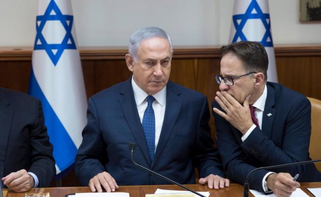 Бенямин Нетаняху (в средата)