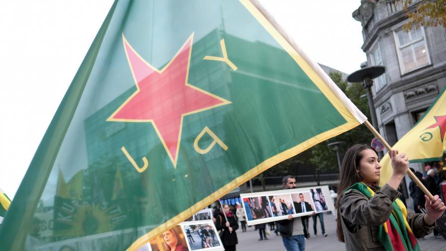 Знаме на YPG, развято на кюрдски протест в Германия (архив)