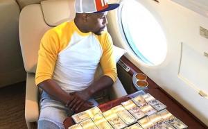 Мейуедър се снима с пачки пари, МакГрегър във формата на живота си