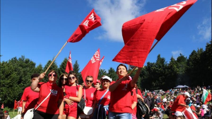 Симпатизанти на БСП развяват знамена на Бузлуджа