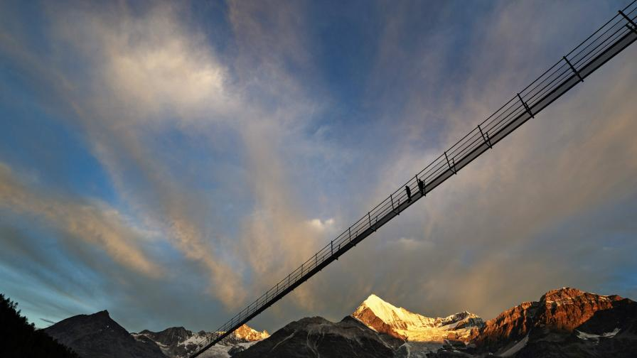 Вижте най-дългия висящ мост в света - 494м. във въздуха