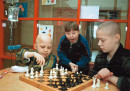 Деца от Беларус, пострадали от последиците на аварията в Чернобил, играят шах в онкологичен център през 2000г.