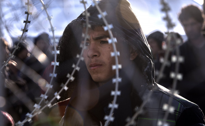 Момче от Афганистан на границата между Македония и Гърция през 2016