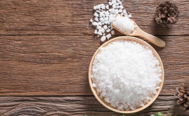 Сол. Задържа течностите в организма и ви кара да подпухвате. Но не я изключвайте изцяло, защото липсата на важни соли води до депресия.