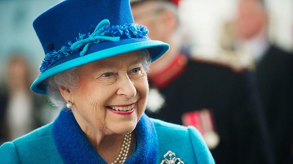 Кралица Елизабет II абдикира от престола си и предава трона на принц Чарлз