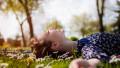 жена усмивка цветя природа щастие спокойствие