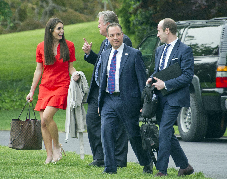 Дамата в червено - Хикс и някои от президентските съветници