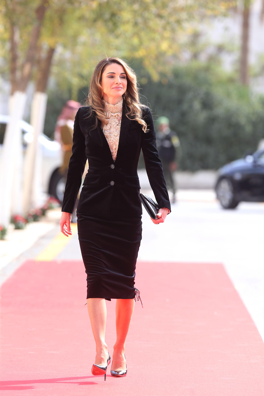 """Рания ал-Абдула е настоящата кралица на Йордания<br /> Родена е в семейство на палестински бежанци в Йордания. Получава средно образование вКувейт. През 1991 г. завършва висше образование със степен бакалавър.На 10 юни 1993 г. се омъжва за принц Абдула II бин ал-Хусейн (сега крал на Йордания, тогава все още престолонаследник). За 2011 г., Рания е на 53-то място в списъка на сп. """"Форбс"""" за най-влиятелни жени в света. Семейството не е обявило публично състоянието си."""