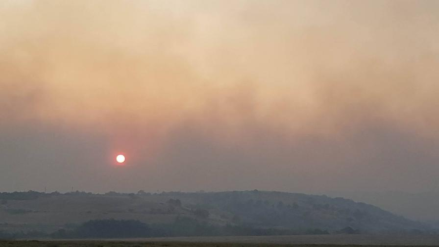 Разпитват свидетели за огъня в Кресна, пожарът е овладян