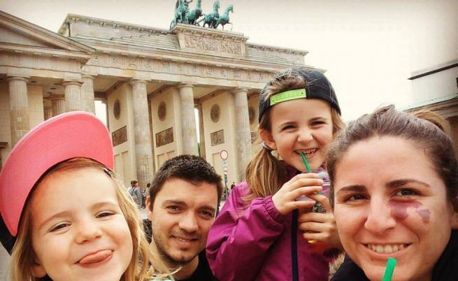 Адриан и Теодор Панайотови с дъщерите си Дара и Хана