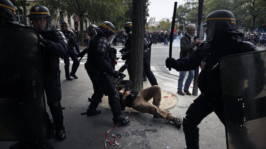 Полицаи влачат протестиращ срещу трудовите реформи в Париж