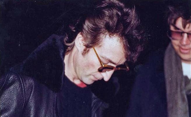 Джон Ленън дава автограф на убиеца си.