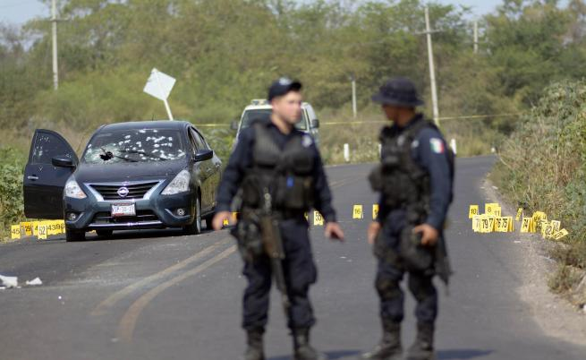 Мексикански полицаи охраняват местопрестъпление (архив)