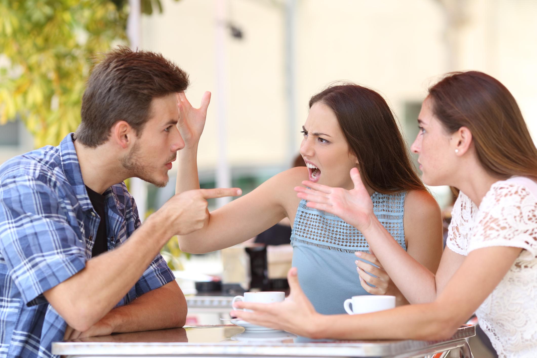 Когато спорите, но ти искаш още едно мнение от приятелка, твоята майка или дори неговата.