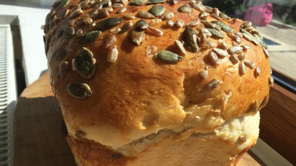 Рецептите на Катето Евро: хляб от брьошово тесто и семена