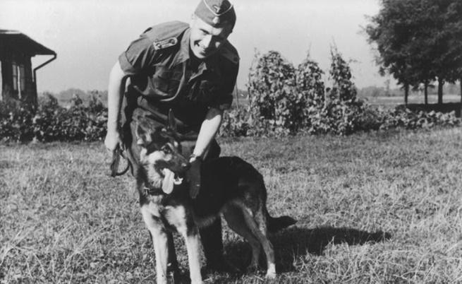 Карл Хьокер с кучето си